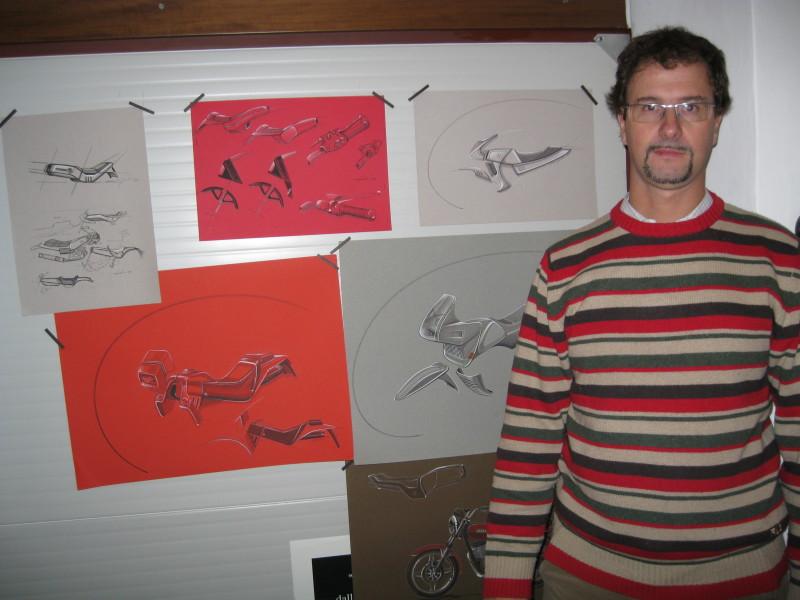 Stefano accanto ai disegni originali della RV
