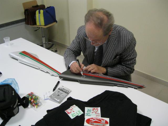 L'ing. Lucio Masut firma le fiancatine delle nostre RV. Un autografo per la storia