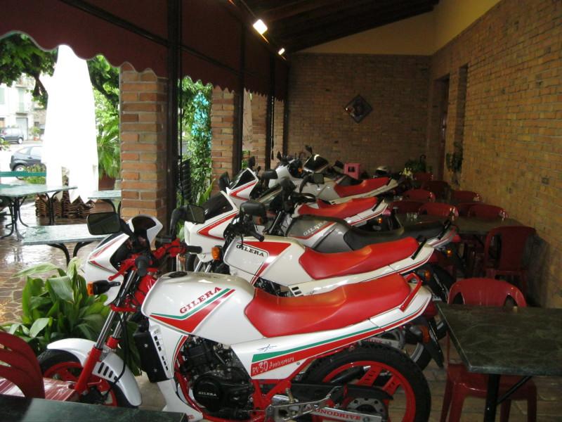 Al coperto, da Bonfiglioli, le nostre RV hanno solleticato l'interesse dei clienti del ristorante.